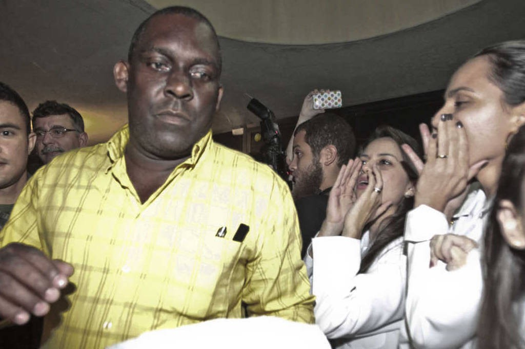 Brazilian doctors yell racist insults at Cuban doctor arriving in Fortaleza airport.