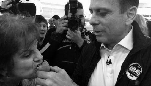 Photo op: Gubernatorial candidate João Doria feeds a chicken pie to an unsuspecting passer-by